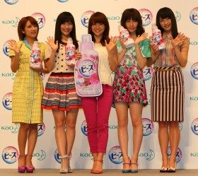 CM発表会に出演したAKB48メンバー。左から高橋みなみさん、渡辺麻友さん、大島優子さん、島崎遥香さん、横山由依さん