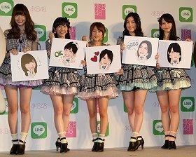 LINEの発表会に出席したAKB48グループのメンバー。左から小嶋陽菜さん、渡辺麻友さん、高橋みなみさん、松井珠理奈さん、松井玲奈さん