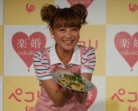 出来上がった「豆腐のテリヤキ」を披露する鈴木奈々さん
