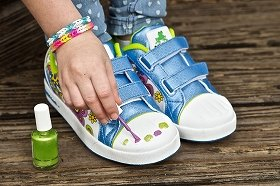 うっすらと見えるが、靴先端の白部分には足の爪が描かれている