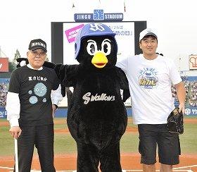 始球式に登場した野村氏(左)、石井氏(右)と、つば九郎