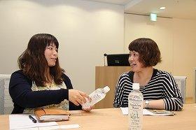 マーケティング商品担当の図子久美子さん(左)と商品開発研究所飲料開発担当の屋芳美さん(右)
