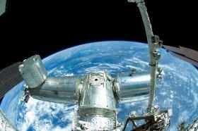 船外活動で撮影された「きぼう」と地球 JAXA/NASA
