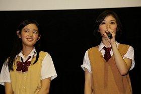 あいさつする松岡茉優さん(右)と未来穂香さん