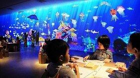 子どもの描いた魚が泳ぐ「お絵かき水族館」、新宿伊勢丹に登場