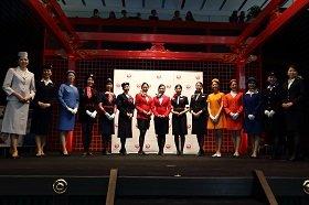 憧れのCA制服に赤いジャケットも   羽田空港でJALのファッションショー