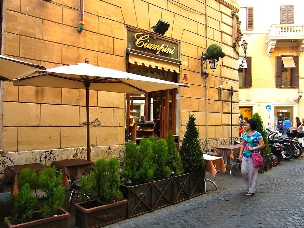 ローマの老舗カフェテリア、チャンピーニの近くで。田島さんはイタリアの旅や食、暮らしなどについて取材活動を続けている