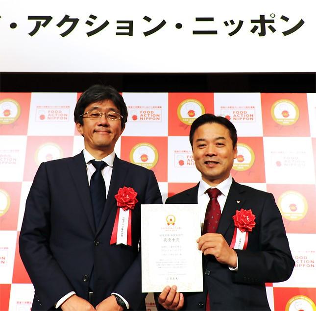 写真左が江崎グリコ新製品マーケティング部長の木村幸生さん、右が同社健康科学研究所長の栗木隆さん
