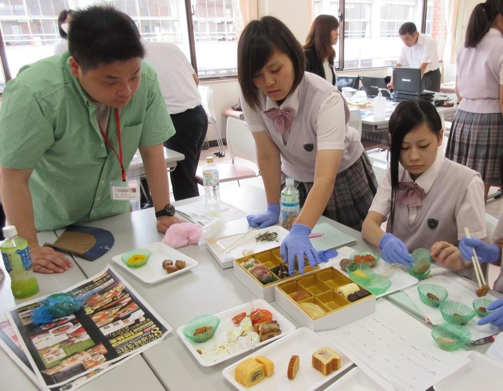真剣な表情で食材を選定する高校生たち