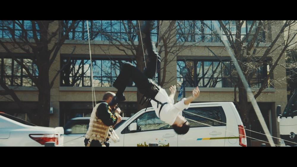 さえないサラリーマンとコワモテの男が宙を舞う 「ソード・オブ・デスティニー」のオリジナル動画で展開する、ワイヤーアクションがガチ