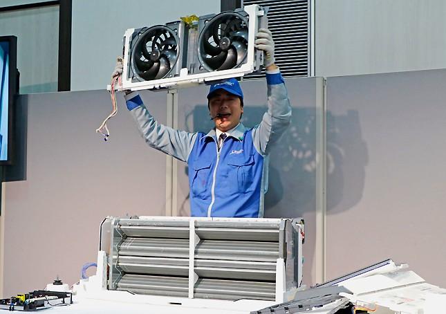 「三菱電機 エアコン解体ショー」で実演する、社員の加藤祐太郎さん