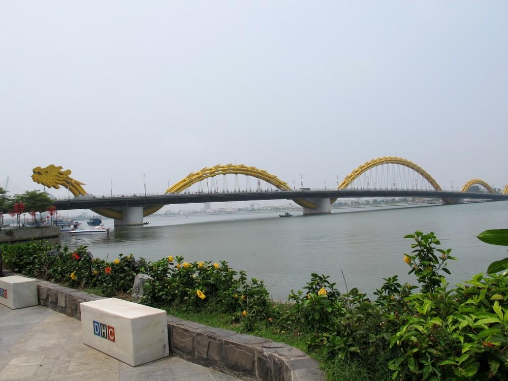 龍の姿の「ロン橋」。夜には美しくライトアップされる