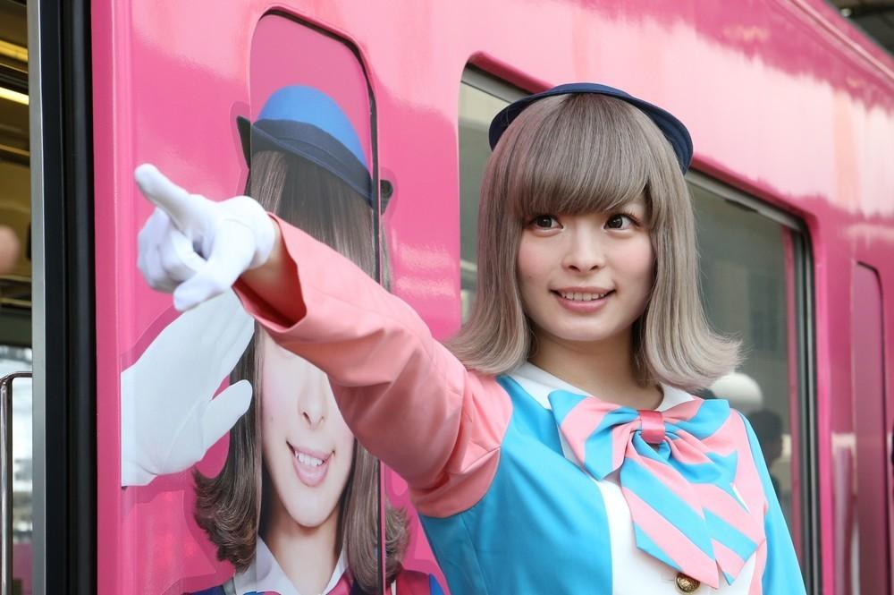 「きゃりーぱみゅぱみゅ」も鉄オタだった!? ピンク色「SEIBU KPP TRAIN」一番電車で車掌役を買って出た理由