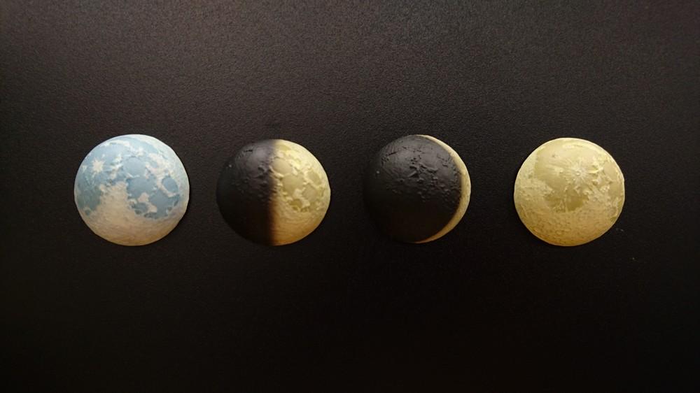 塗装で月の満ち欠けを表現(左から満月・青、上弦月、三日月、満月・黄)