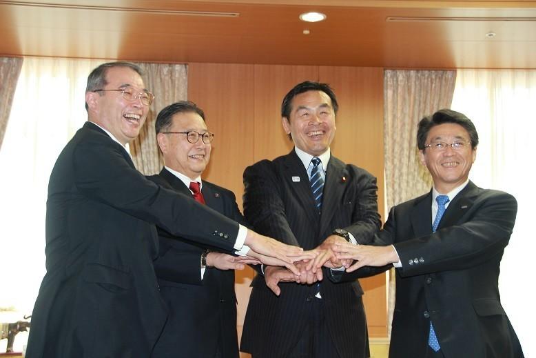 左から遠藤氏、櫻田氏、馳大臣、片野坂氏