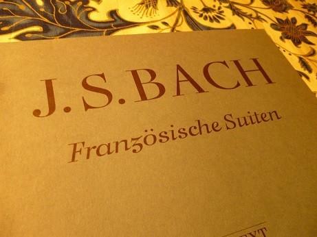 現代の楽譜には 『フランス組曲』と表記されている