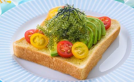 高木さんの「海ぶどうとアボカドのトースト」