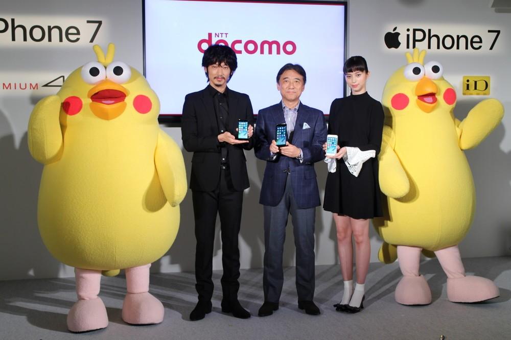 左から綾野さん、ドコモの吉澤和弘社長、中条さん