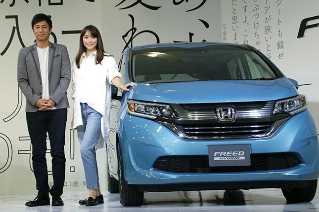 車内がより広く&ゴージャスに Hondaの新型「フリード」にエビちゃんと徳井感激