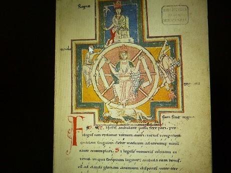 『運命の女神』が運命の車の前に座っている様子が絵でも描かれた修道院の写本
