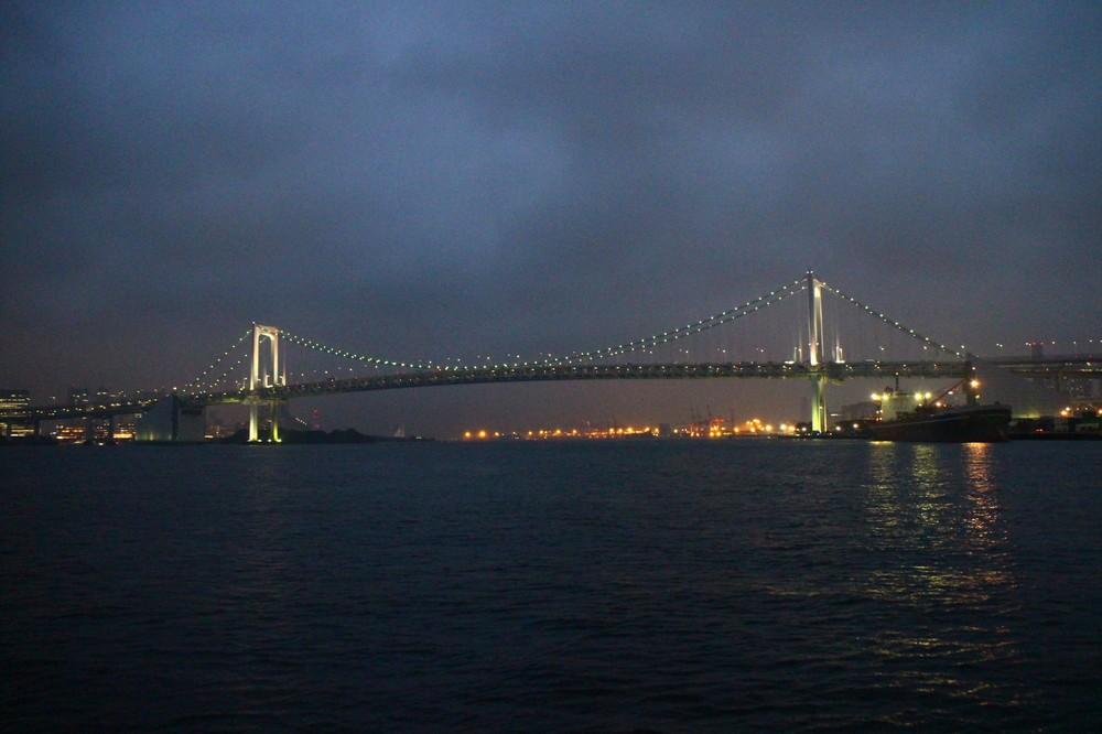 夜に浮かぶレインボーブリッジ