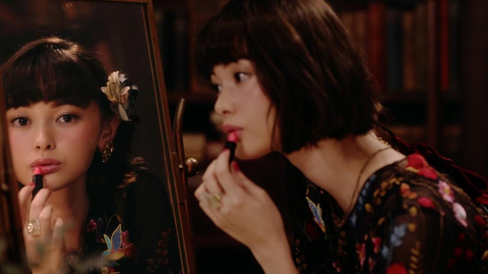 モデルの玉城ティナ、資生堂「マジョリカ マジョルカ」動画に登場 商品117アイテムも総出演