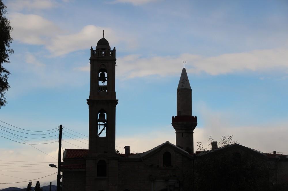 左が教会、右がモスク