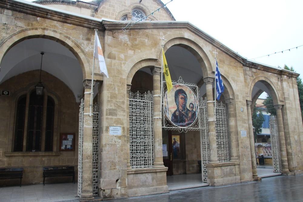 キプロスの国旗(左端)とギリシャの国旗(右端)が共に掲げられている