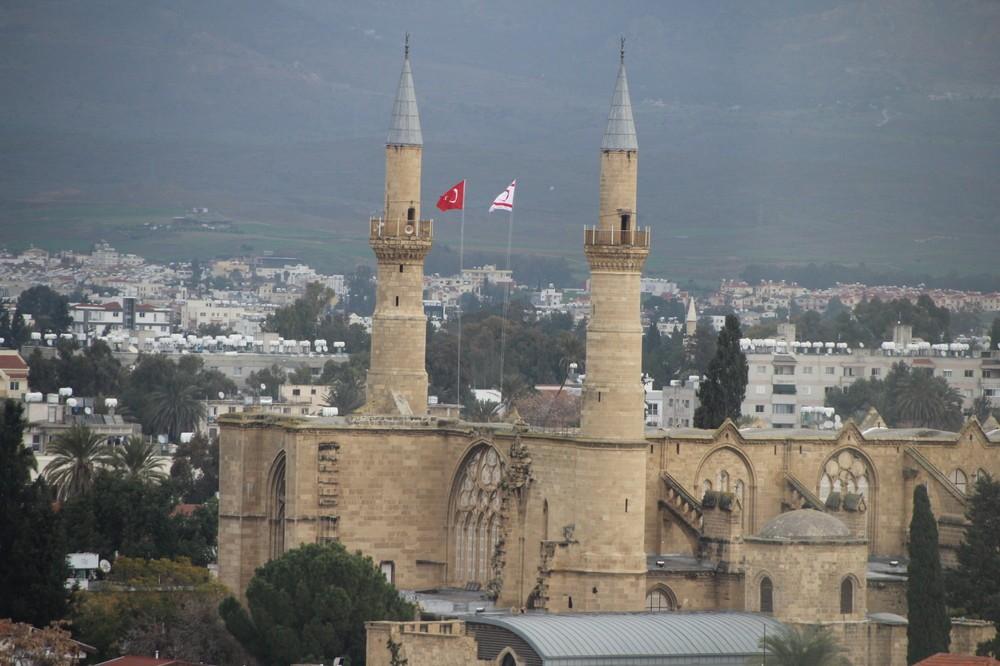 ギリシャ側の展望台からは、トルコ国旗を掲げたモスクが見える