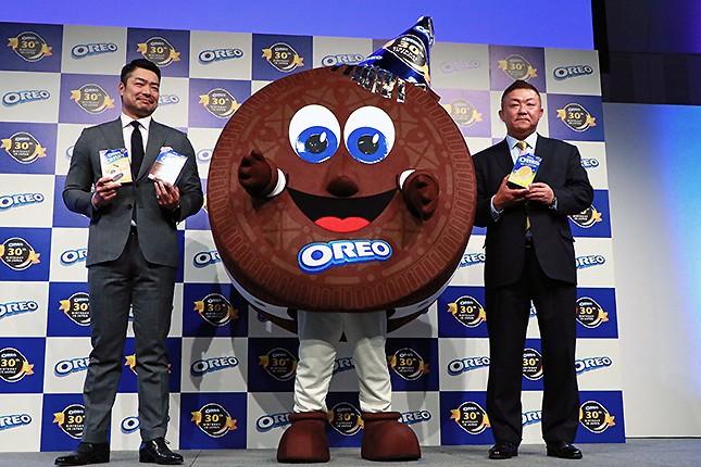 (写真左から)モンデリーズ・ジャパンのマーケティング本部・カテゴリーマネジャーの森繁弘さん、アメリカからやってきた「オレオマン」、同社辺丙三社長