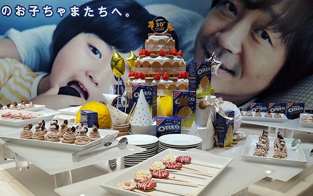 「オレオ ゴールデンバニラクリーム」のデコレーション。中央にはケーキタワーが