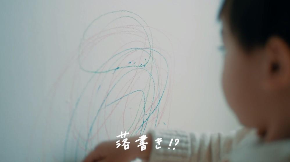 壁に落書きする男の子