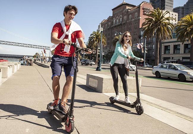スマホ連動で曲がる場所を教えてくれる近未来スクーター 自転車衝突防止システム付きで安心