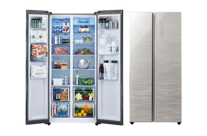 左に冷凍室、右に冷蔵室 庫内を上から下まで見渡せる「パノラマ・オープン」の冷蔵庫