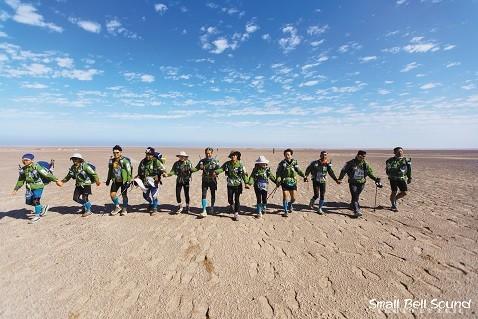 2016年、参加者はナミビアのサハラ砂漠を1週間で踏破した。左から6番目が、金基鎬さん。(写真・Small Bell Sound、以下同)