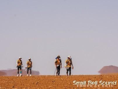 砂漠といえ、大きな石がごろごろしている場所もある。伴走者が、「スートン!(石だ!)」と教えてくれても、避けられずに転倒することもしばしばだ。