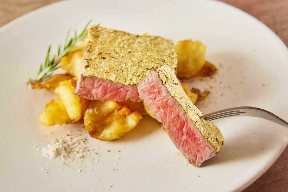 金曜限定 金箔包みのゴールドステーキが777円!