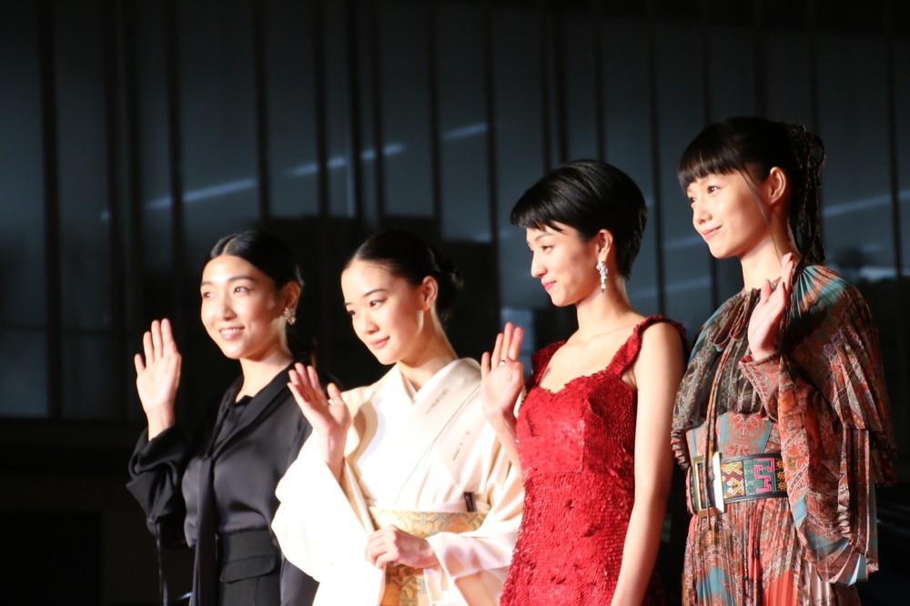 (左から)安藤サクラさん、蒼井優さん、満島ひかりさん、宮崎あおいさん