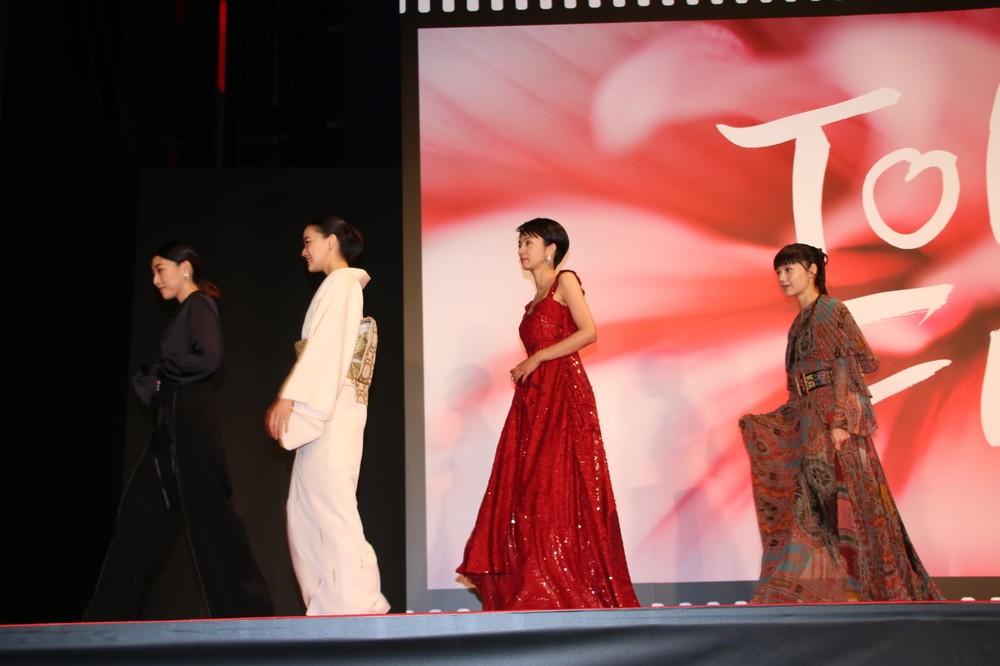 ステージ上を歩く安藤サクラさん、蒼井優さん、満島ひかりさん、宮崎あおいさん