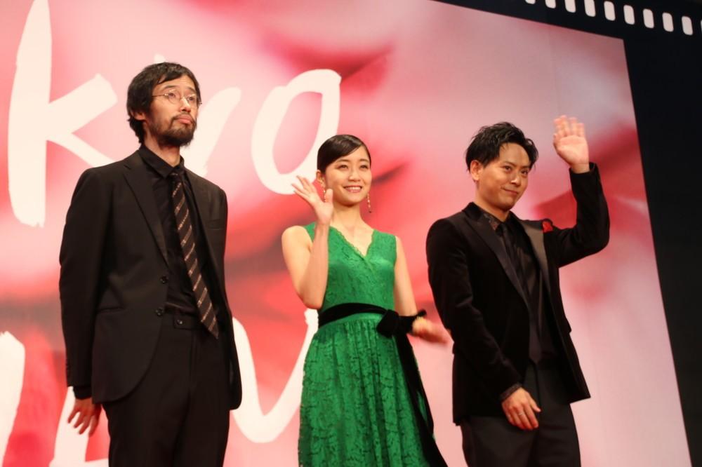 「パンとバスと2度目のハツコイ」に出演している深川麻衣さん(中央)、山下健二郎さん(右)