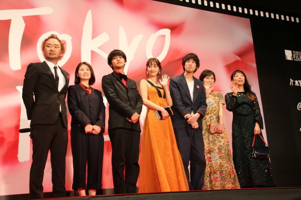 「勝手にふるえてろ」に出演している松岡茉優さん(右から2人目)、北村匠海さん(左から3人目)ら