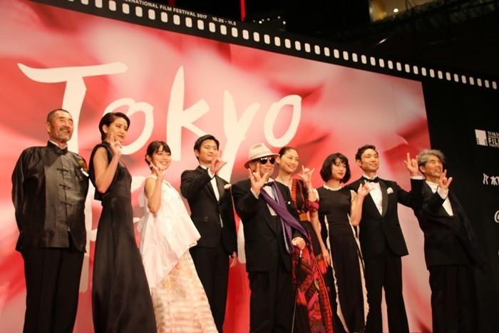 「花筐」に出演している常盤貴子さん(右から4人目)