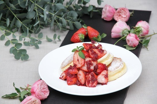 「幸せのパンケーキ」銀座店オープン ふわっふわな「薔薇と国産いちごのパンケーキ」先行発売