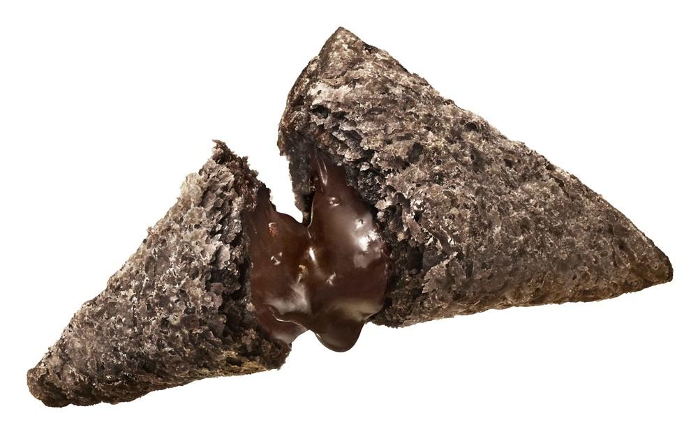 「三角チョコパイ」にヘーゼルナッツ! 濃厚さとサクサク生地が期待大