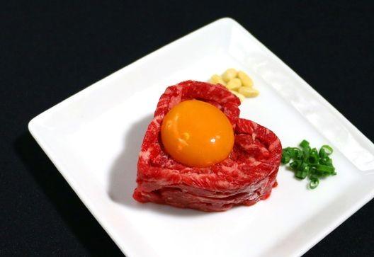 肉食の彼と食べたい! バレンタイン限定「ハート形ユッケ」