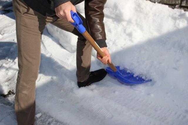 雪かきは重労働(写真はイメージ)