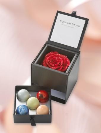 ダイヤ入りラメのバラが美しい 母の日限定「惑星ショコラBOX」