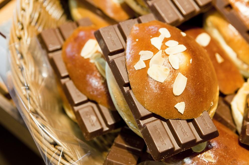 「パンが板チョコ食べてる」 見た目が話題「グテ」の誕生秘話を聞いた