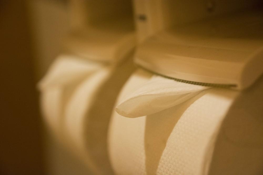 トイレの「三角折り」やめてほしい人たち 3割強「破って捨てる」