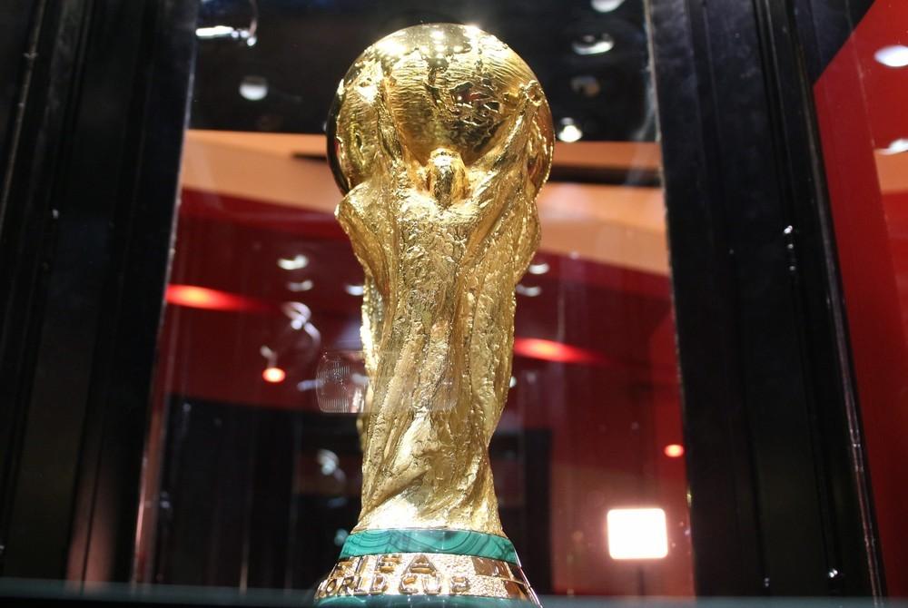 サッカーW杯優勝トロフィーが目の前に 連休初日から大人も子どもも大興奮